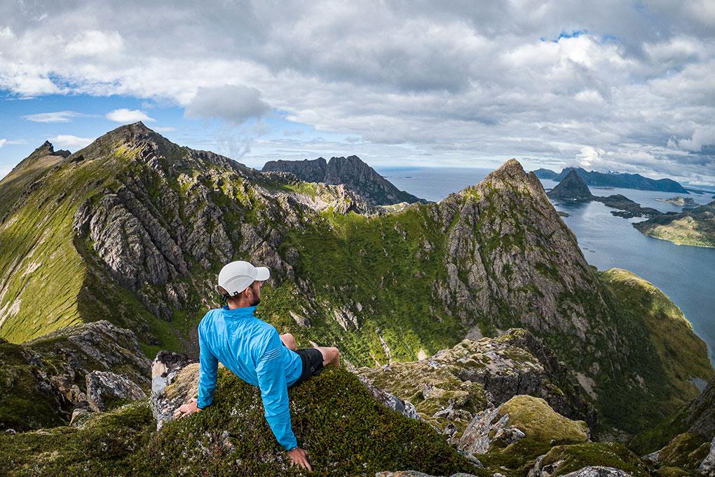 Kenn sitter på en fjelltopp